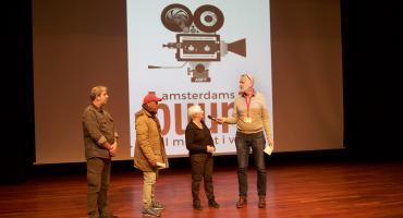 deelnemers vorig jaar op het podium bij het buurt film festival in Amsterdam
