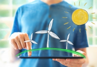 Foto van persoon met getekende windmolens en een zon