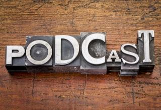 Foto van letters die het woord Podcast vormen