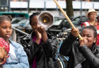 Meiden uit de buurt maken vrolijk muziek