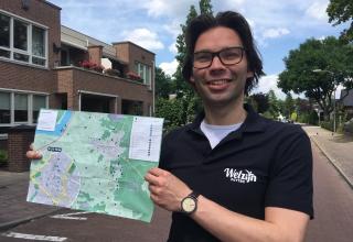 Gijsbert-Willem houd trots de kaart van Putten vast