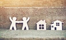 houten figuren van mensen en huisjes
