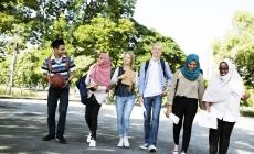 diverse groep jongeren loopt op straat