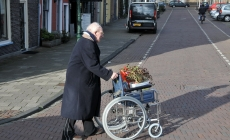 Man met rolstoel, Oude Singel Leiden