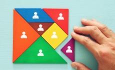 gekleurde vlakken die samen een vierkant vormen met menselijke figuren, conceptbeeld voor samenleving en andere focus
