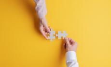 puzzelstukjes ontmoeten elkaar passend