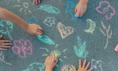 krijt op de stoep concept samen uitkomen, associatie speeltuin en groen
