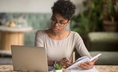 vrouw kijkt webinar